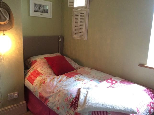 Cosy single room overlooking garden - Bristol - Huis