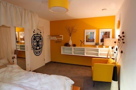 Gemütliches Zimmer mit schönem Bad - München