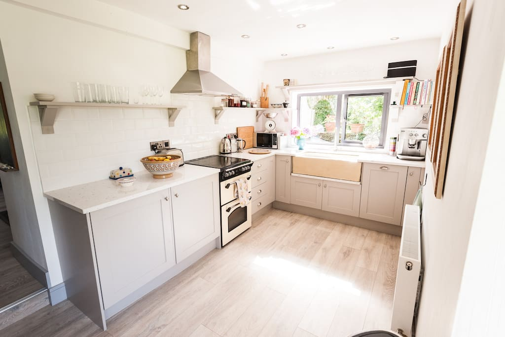 Fully equipped kitchen, incl integrated fridge, freezer, dish washer, microwave
