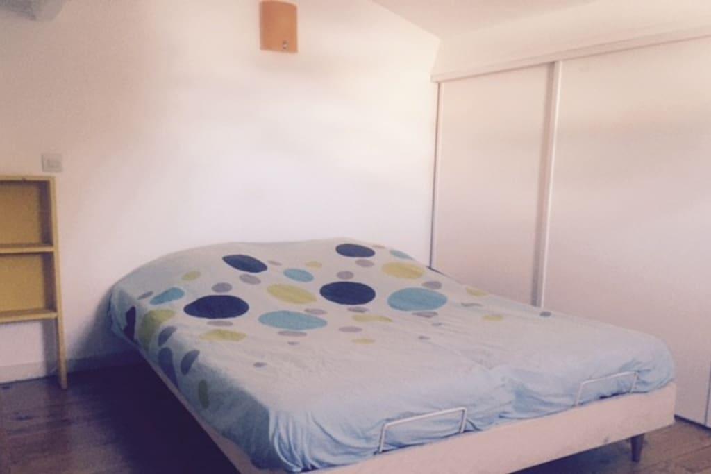 Chambre lit double à l'étage du studio