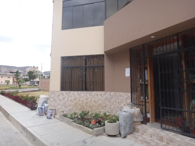 Spacious room in a nice family home - Baños del Inca - Apartment