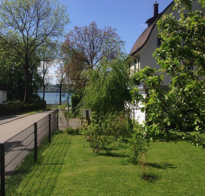 Sitzplatz im Garten für unsere Gäste mit Blick auf den See