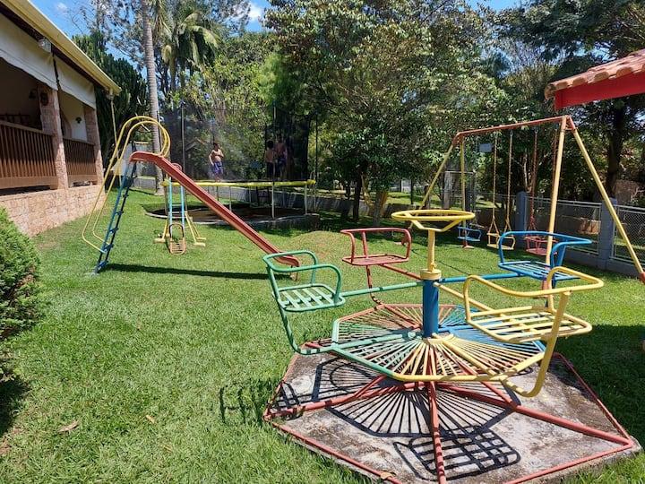 Ideal para crianças, c/ pula-pula, piscina e lazer