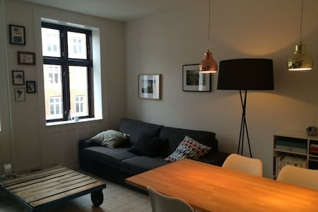 The apartment is 57m2 including a well-equiped kitchen with view on a quiet and green backyard, a nice bedroom and a cosy living room with sofa a dining table. The bathroom has a shower and toilet. The apartment is located in trendy Frederiksberg.