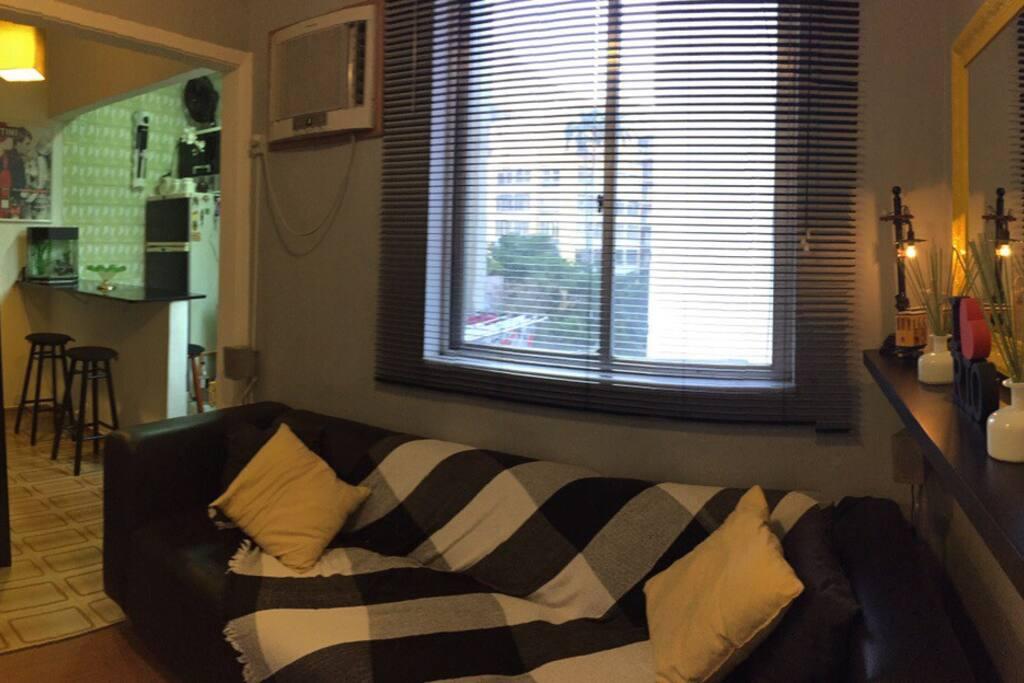 Sala de estar com sofá cama de casal, ar condicionado, TV / DVD / wi-fi.