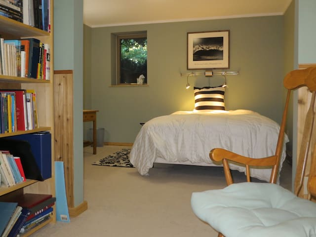 Quiet, private bedroom for 1 or 2 - Saint Joseph - Huis