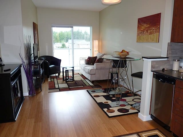 Condo Close to Beach, Golf & RRU - Victoria - Apartment