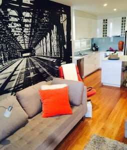 Beautiful secure private apartment in Elwood. Great location. Close to trams and train station. 5 minutes from Elwood Beach. Cosy, clean, modern.