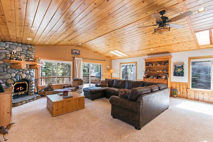 Cottonwood Place Home with Hot Tub - Tahoe Vista - Maison