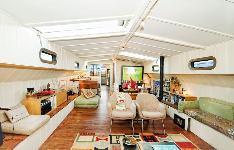 Comfortable Historic Houseboat