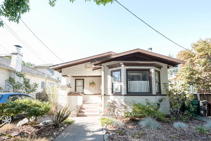 Clean, bright, charming bungalow - Oakland - House