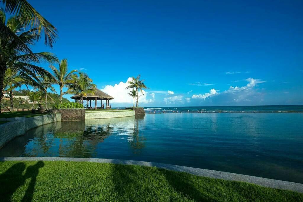 Edgeless sea water swimming pool