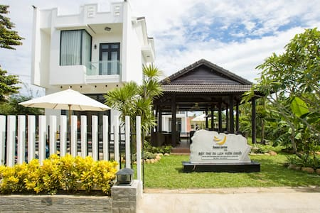 Banana Garden Villa Hoi An is a relaxing and inspiring villa which is located in 64/5 Tran Quang Khai street, Cam Chau ward, Hoi An city. With its seating capacity of 1.280 m², Banana Garden Villa includes 10 rooms, a swimming pool and a restaurant.