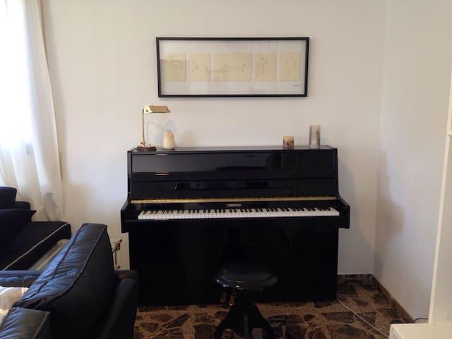 Detalle salón-comedor, piano
