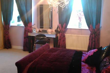 moderndouble bedroom with  en suite - Townhouse
