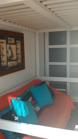 Amplio armario, doble espacio.