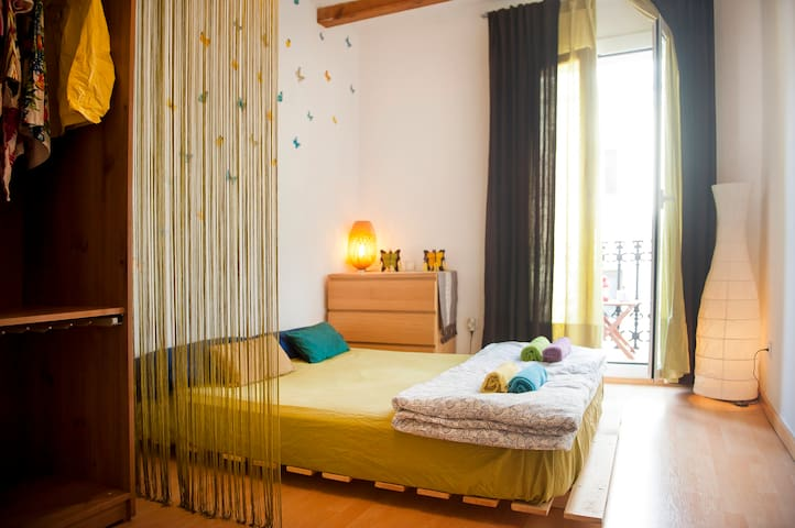 Central, Sunny & Charming + Wifi - Barcelona - Daire