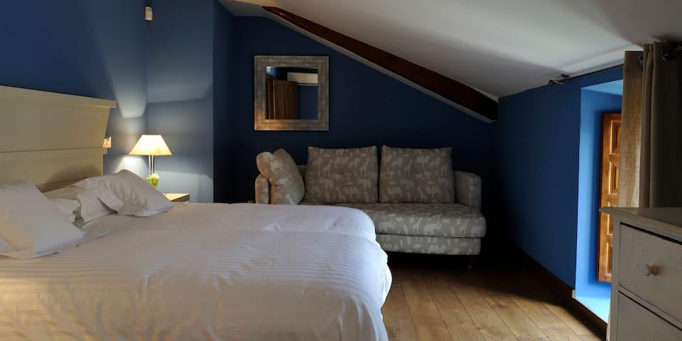 Otra habitación doble suite. Hay una sala de estar contigua y un baño, Todo en la misma suite