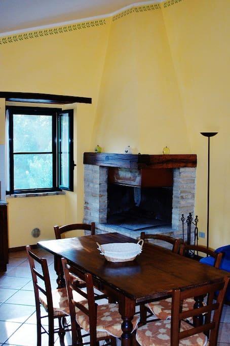 Soggiorno: particolare zona camino - Living room: fireplace particular area