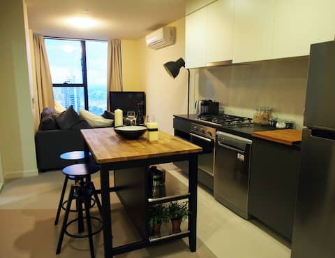 CBD Apartment Minutes from Station!