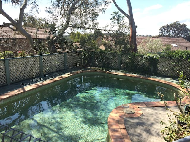 Great access to bush, city + beach - Belrose - House
