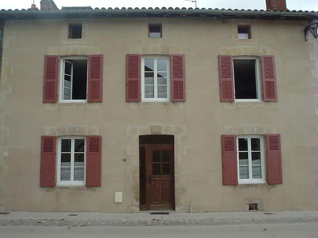 Maison en pierre au calme - Veyrac