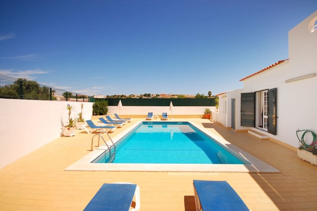 Single level villa with swimming pool and air-conditioning, close to the beach and amenities