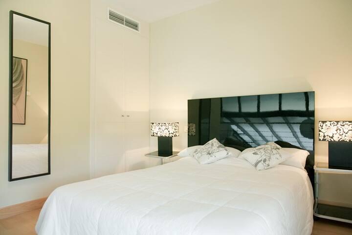 Vista de la cama en dormitorio principal