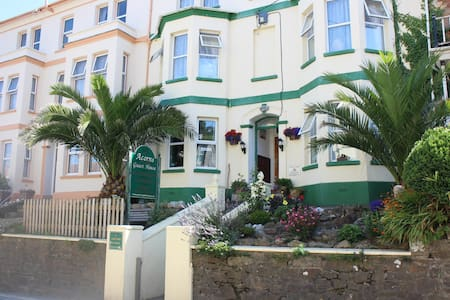 Acorns Guest House - Combe Martin - Bed & Breakfast