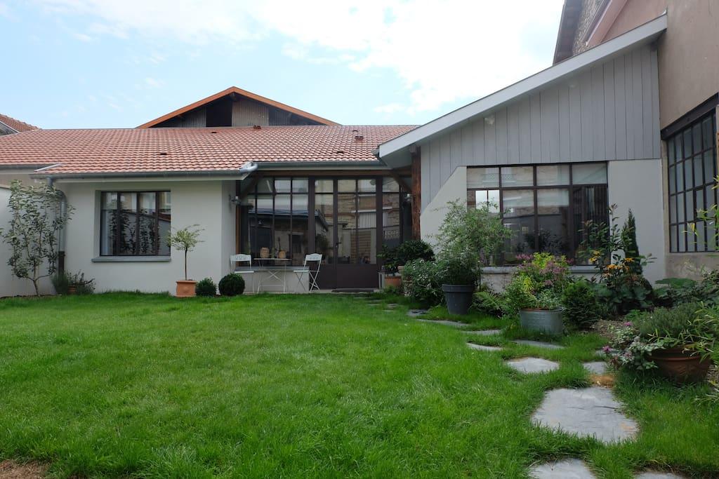 Loft r nov avec jardin priv et garage s curis lofts for Garage a louer chalons en champagne