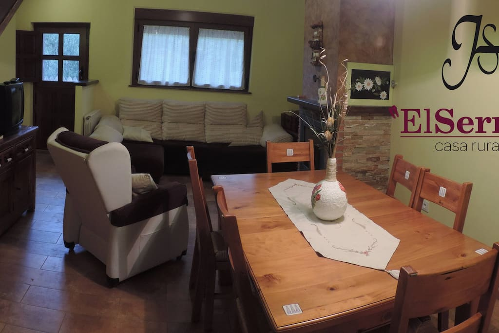 Amplio salón comedor con chimenea