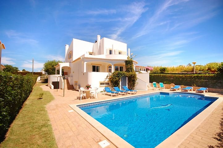 Villa Katharina, close to beach, pool, games room - Albufeira