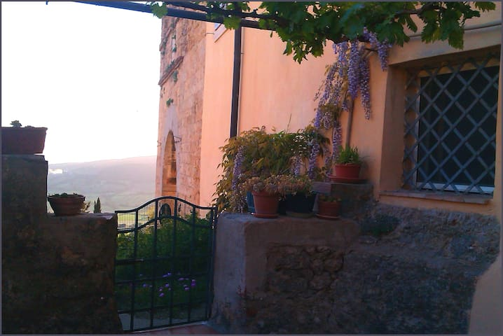 Andy & Raff's Tuscan Haven: terrace onto history!
