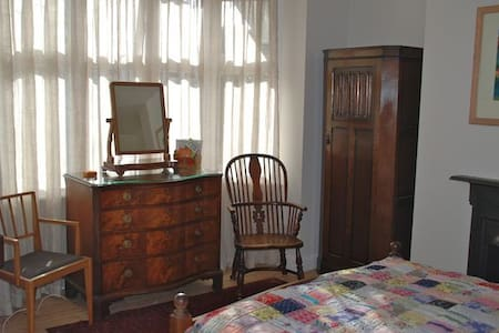 East Room, The Corner House B&B - Lewes - Bed & Breakfast
