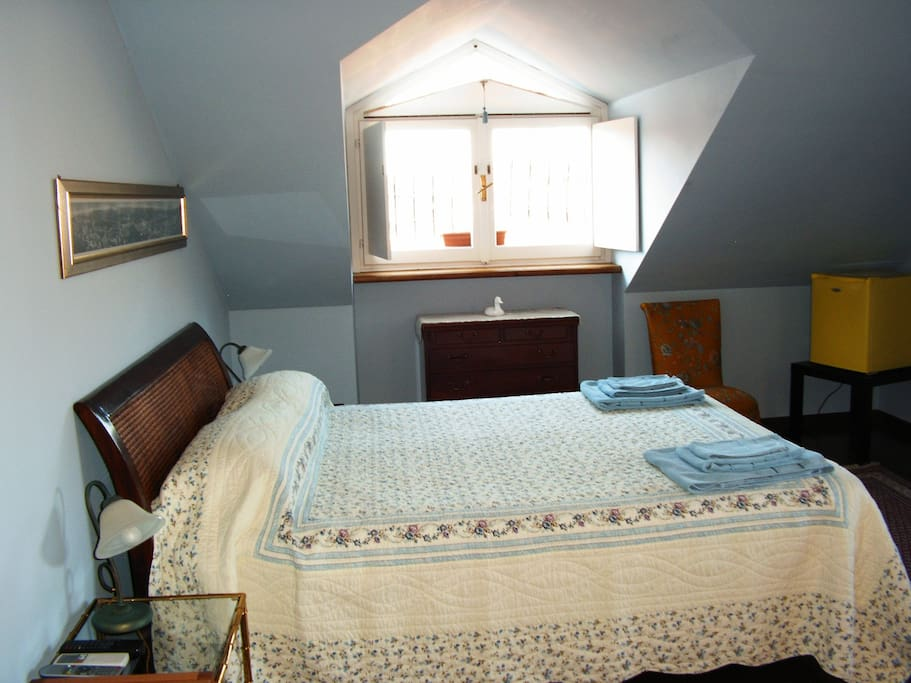 Room Venere: double bed + single bed and ensuite bathroom. Two windows. Air conditioned.