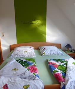 Sonnendurchflutetes ruhiges Zimmer - Schüttorf