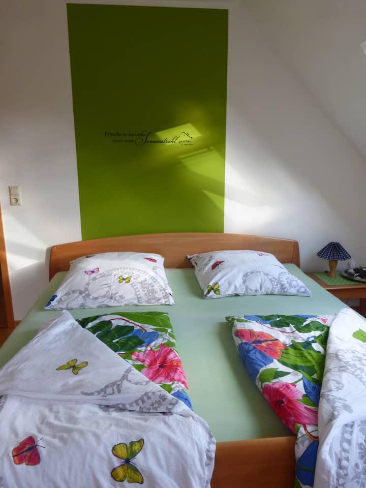 Sonnendurchflutetes ruhiges Zimmer