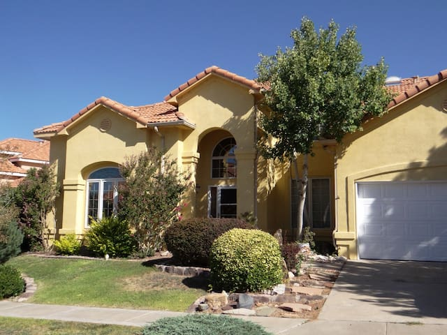 Sunny, family-friendly, private upstairs suite - Albuquerque - Casa