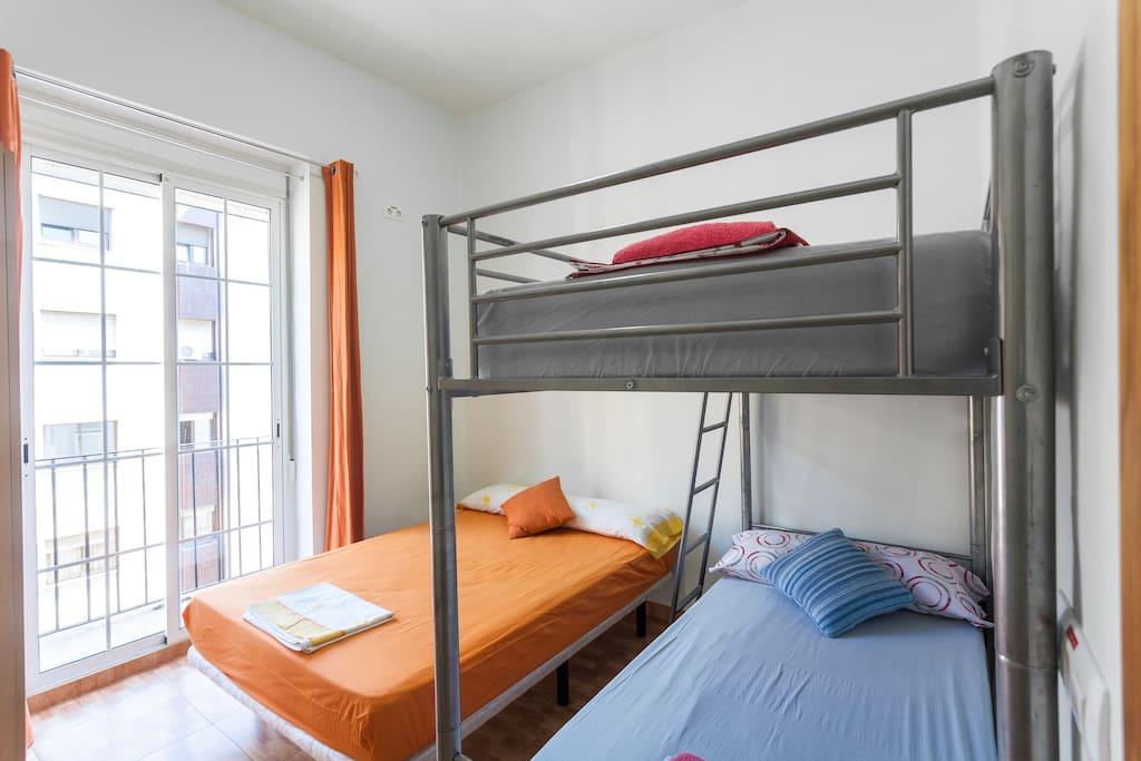 Amplio dormorio con 3 camas grandes