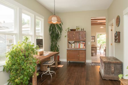 quirky/cozy/historic: back room - Portland - Maison