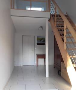 Grande chambre calme proche Bourges - House
