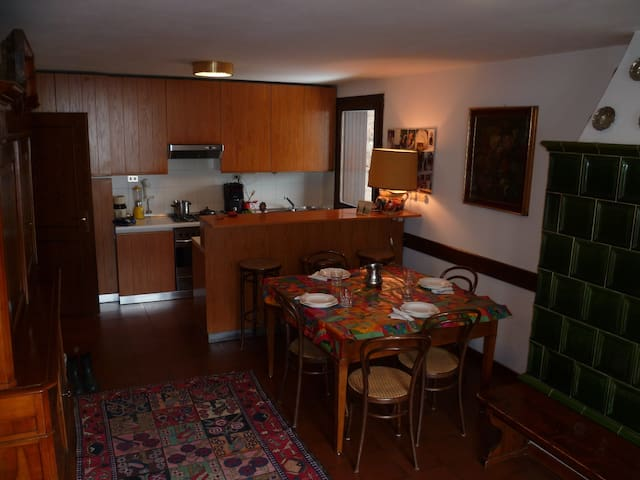 Il soggiorno e, sul fondo, la zona cucina