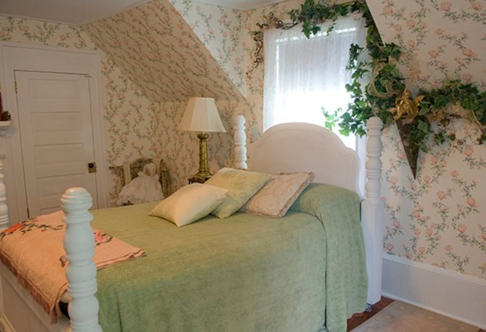 Faerie Glen Guest Room - Sleeps 4 - Shared Bath