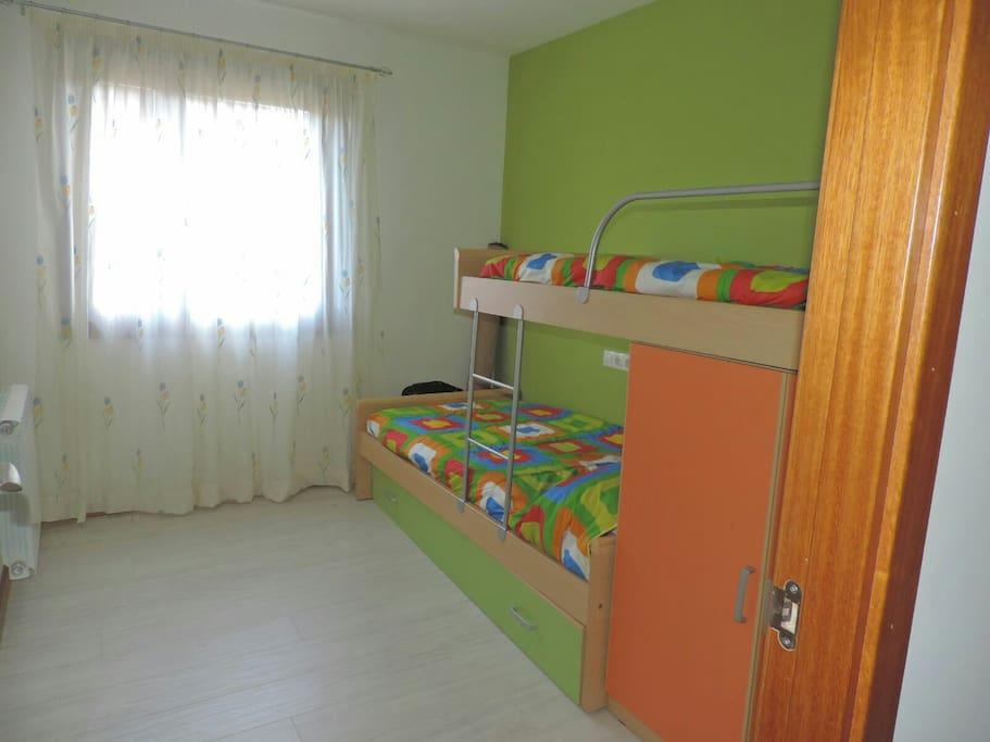 Habitación con mueble tren con 3 camas
