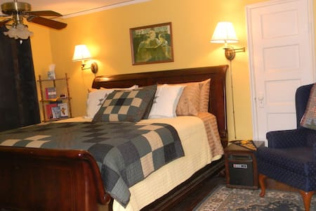 Graceland Suite - Bed & Breakfast