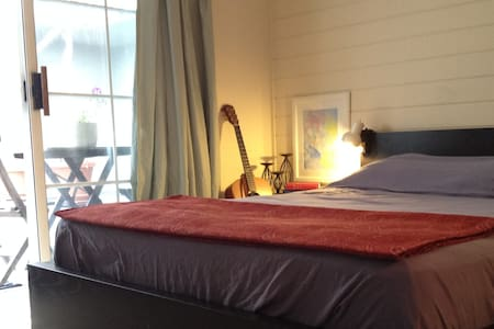 Bedroom with private entry & bath by Beach - Marina del Rey - Lejlighed