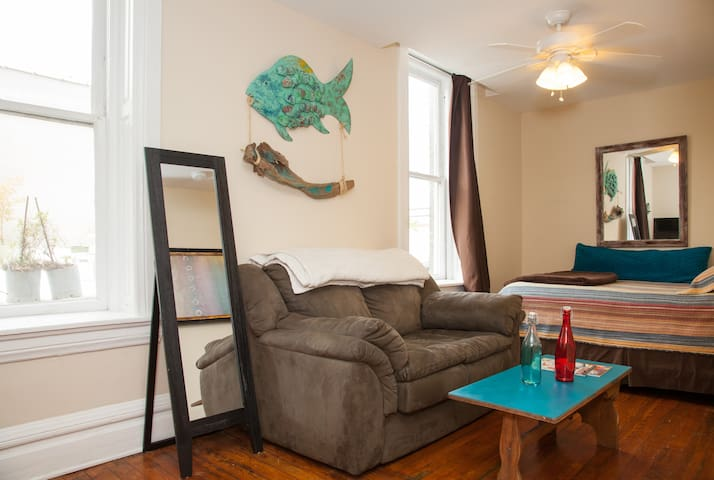 FRONT ST FLAT, BEST HISTORIC DOWNTOWN LOCATION!