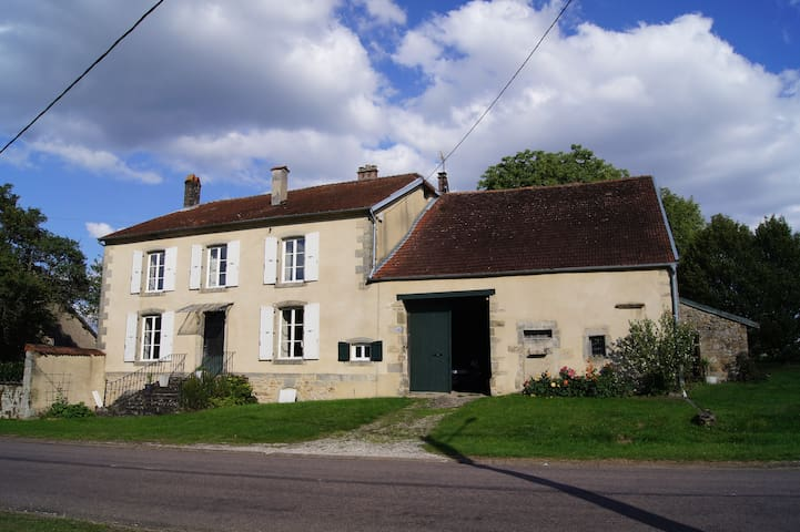 Spacious and charming village house - Pierremont-sur-Amance - Hus