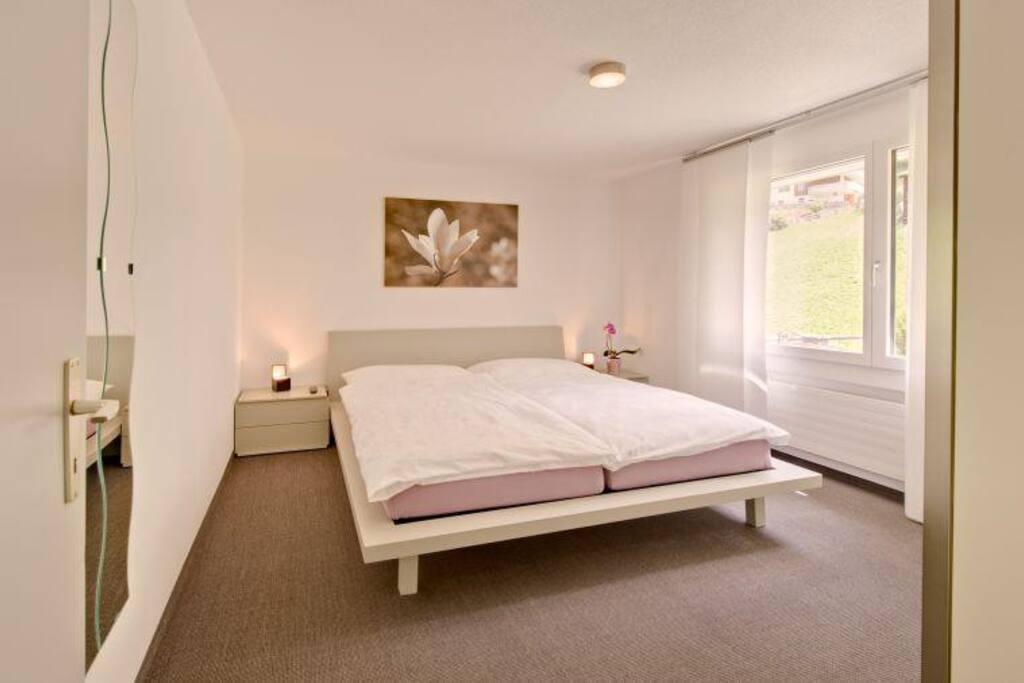 ruhiges Schlafzimmer mit HDTV und Schrank, Wecker, Radio
