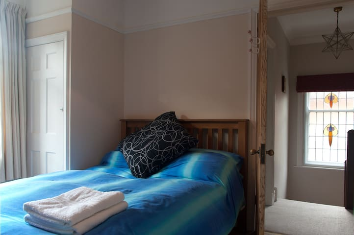 Beautiful room 20mins walk to town - County Durham